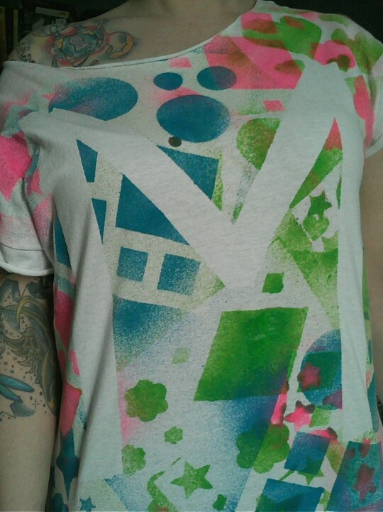 spray painted t shirt super easy i used fabric spray paint stencils. Black Bedroom Furniture Sets. Home Design Ideas