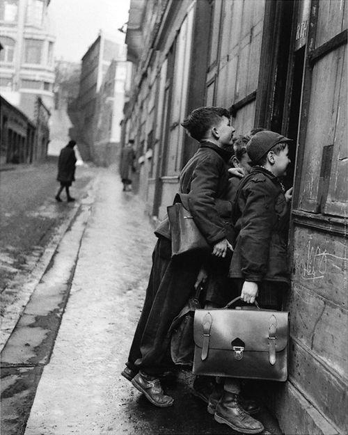 les écoliers curieux, paris, 1953 photo by robert doisneau