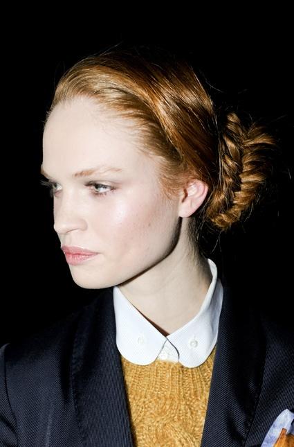 Trenza espigada baja, ideal para mantener prolijidad todo el día, propuesta de Band of Outsiders. #Beauty #Hair