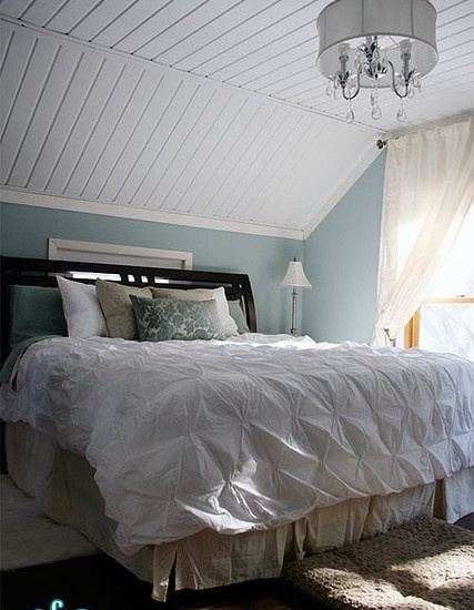 Decorating bedrooms with slanted ceilings for Slanted roof bedroom ideas