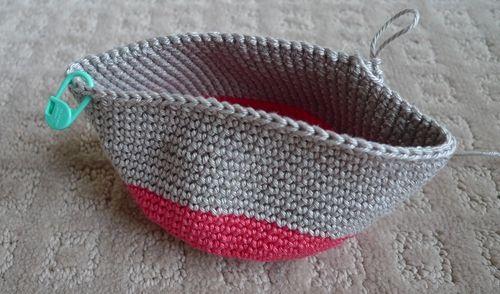 Crochet Zipper Pouch Tutorial : Crochet zipper pouch tutorial