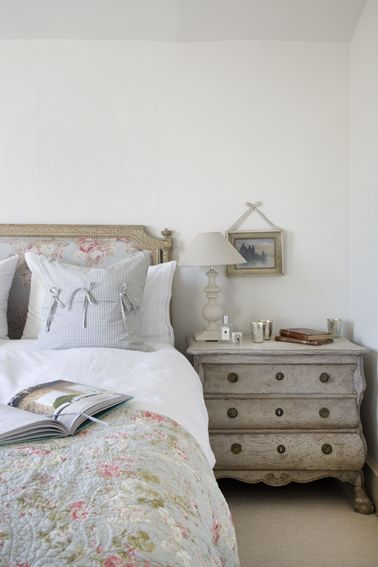 Calm spare bedroom