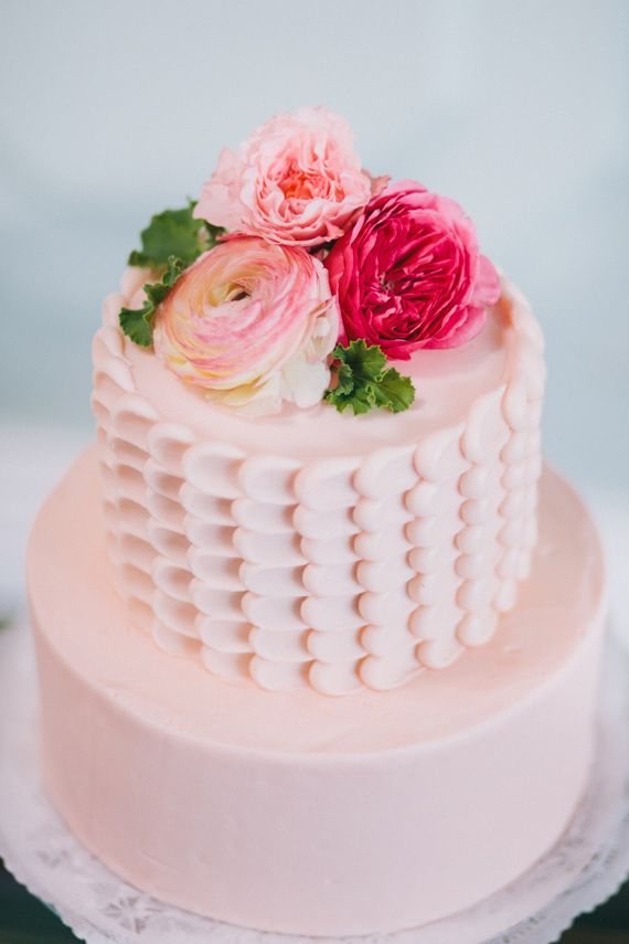 Super simple yet totally adorable! #flowers #weddingcakes