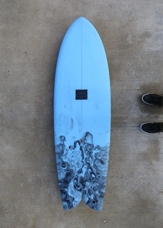 Surfboard wasser gezogen