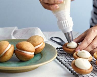 Oscar party menu: banana whoopie pies with dulce de leche filling