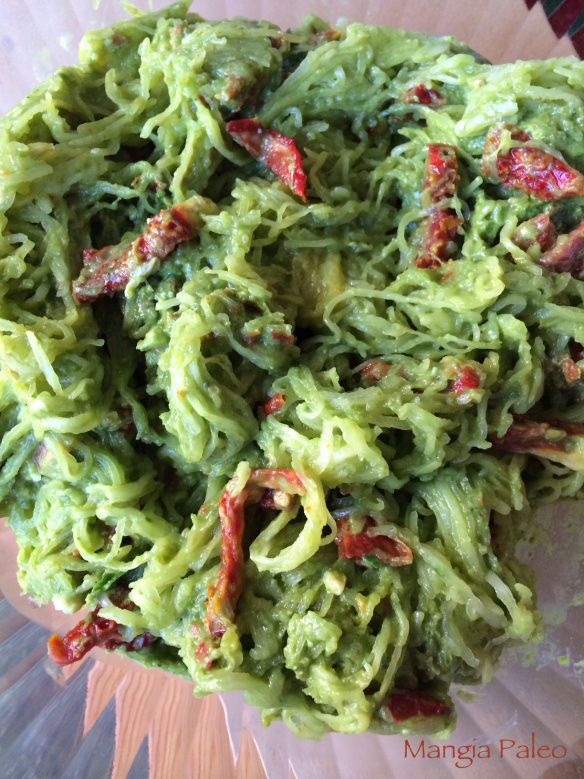 Spaghetti squash with spinach pesto an sundried tomamtoes