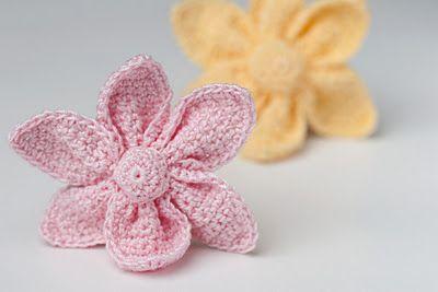 such cute crocheted little flowers - Free Pattern