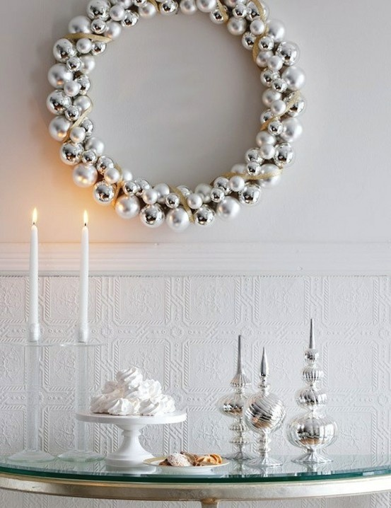 I love the look of this thin, silvery wreath