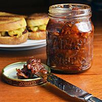 Grilled Mac n' Beer Cheese Sliders with Bacon, Beer & Tomato Jam