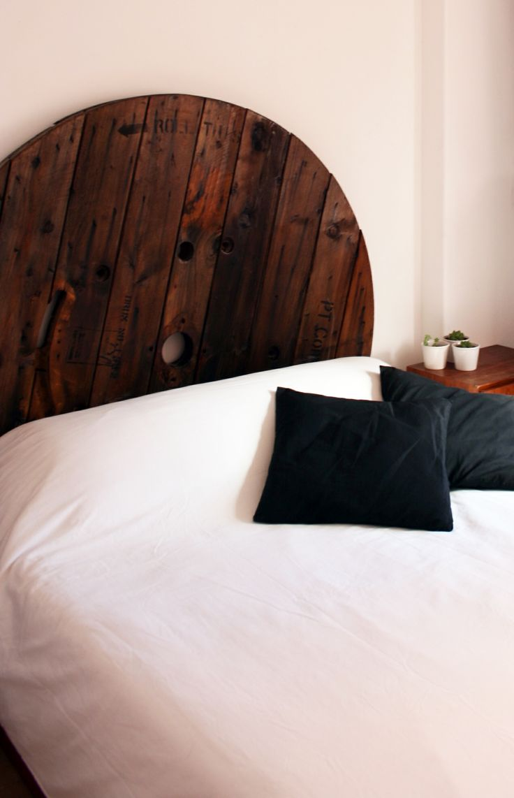 Cabeceira de cama feita com bobine de madeira. Disponível para venda.  Bed headboard made with cable spools. Available for sale.