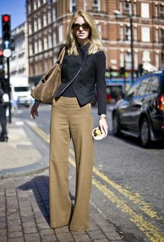 London street style. Wide leg caramel trousers.