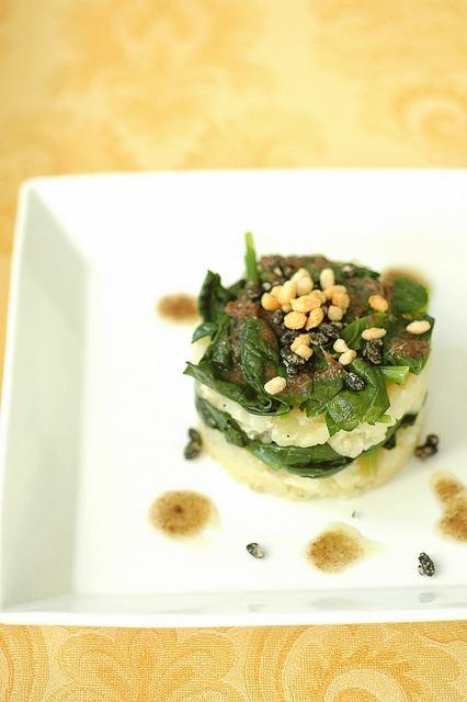 ... tortino-di-patate-di-montagna-e-spinaci-con-crunchy-nero-di-seppia-e