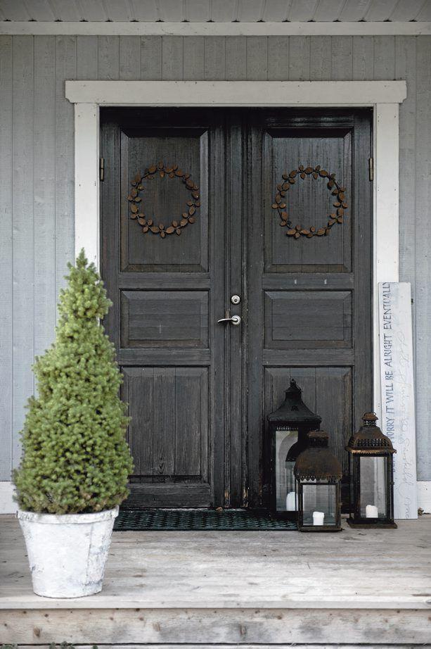 Front door with christmas wreath christmas pinterest for Front door xmas wreaths