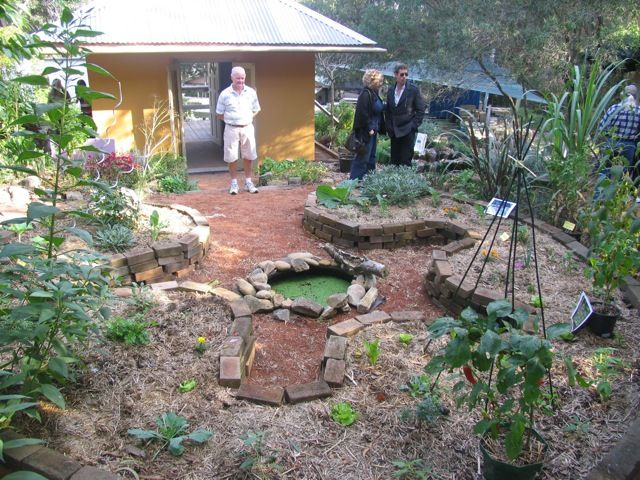 Great keyhole bed example landscaping garden plans for Permaculture garden designs