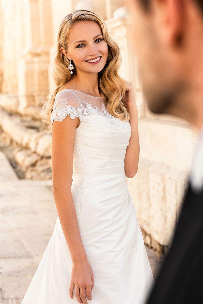 Robe de mariée dentelle manche courte  Robe de mariée  Pinterest