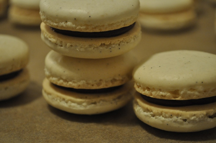 vanilla bean macarons with chocolate ganache, via homerunballerina