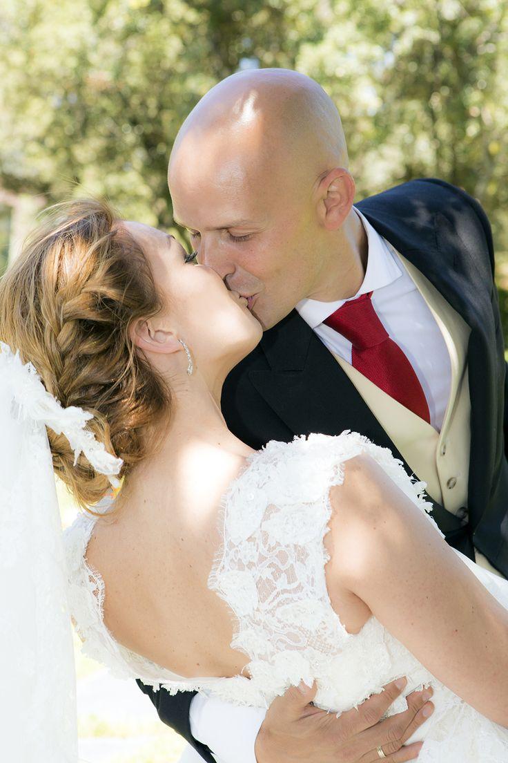 Fotografía de boda en la que los novios se besan