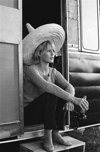 Brigitte Bardot in a sombrero, ole!   Les Pétroleuses