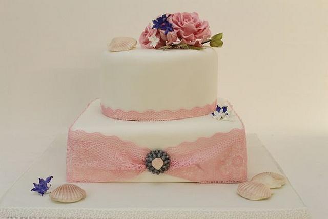 Hochzeitstorte rosa Spitze jakobsmuscheln