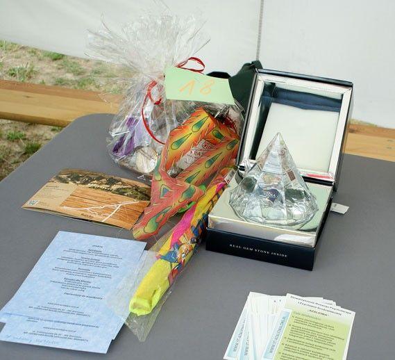 Nagrody w loterii fantowej, jest wśród nich cenna Precious Vodka z kamieniem szlachetnym ukrytym w korku.