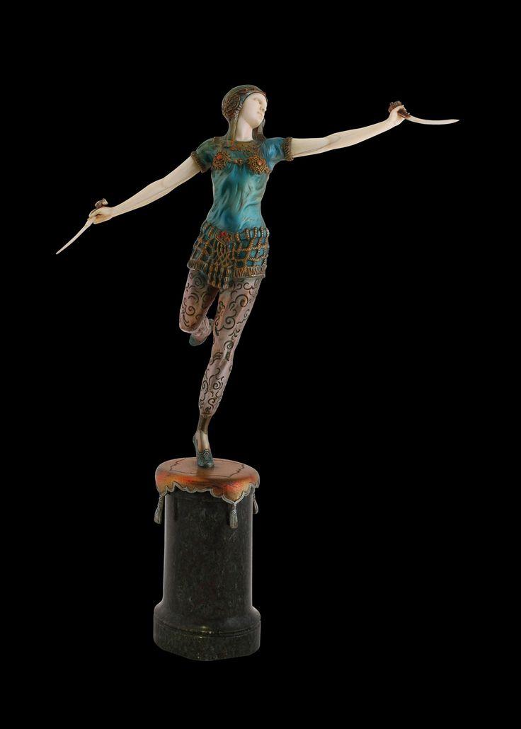 'La danza de los cuchillos'.  Otto Hoffmann.  Bronce, marfil y mármol.  43 cm C. 1920. Fotografía: Óscar J. González Hernández