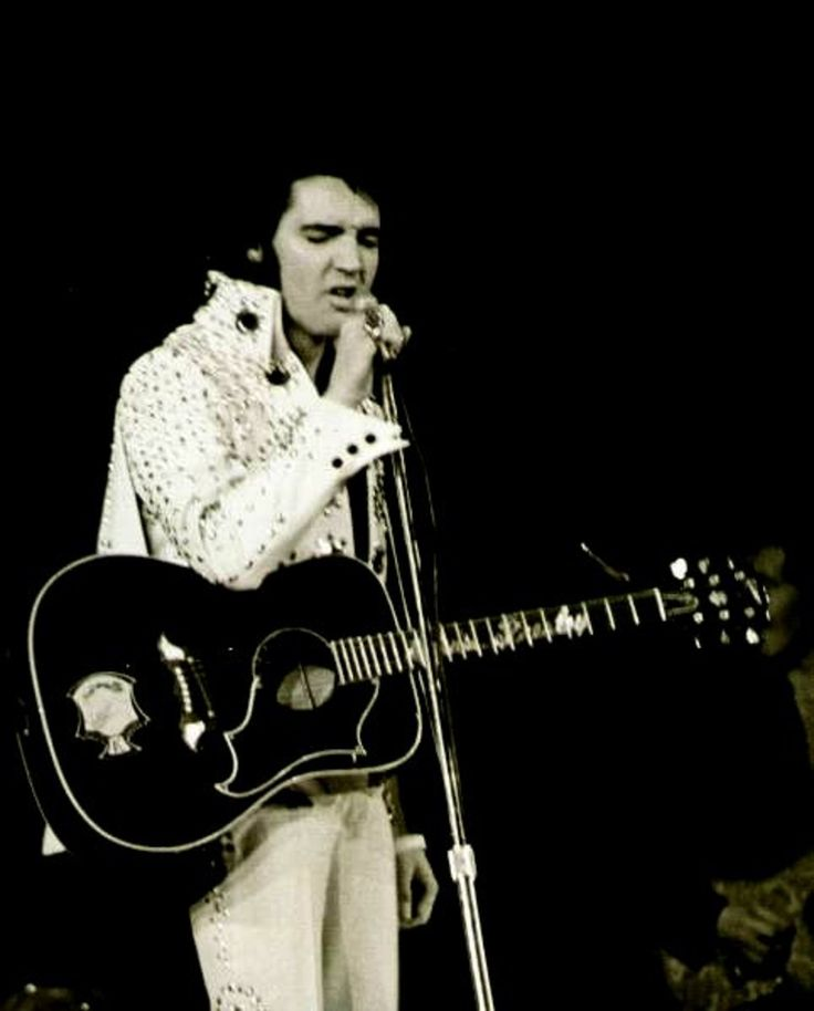 ELVIS ON STAGE IN 1971...