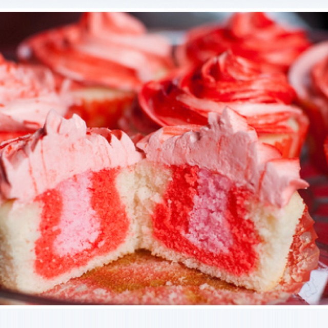 Strawberry filled cupcakes | food and dranks | Pinterest