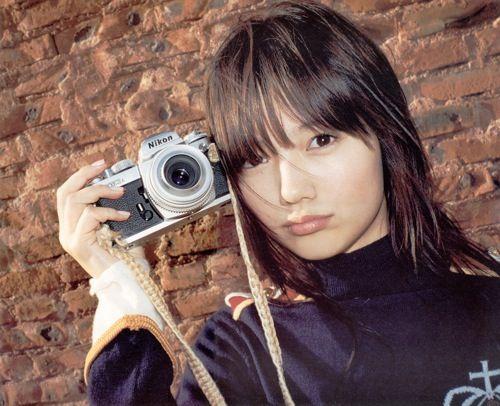 カメラを持ってこちらを見つめる宮崎あおい