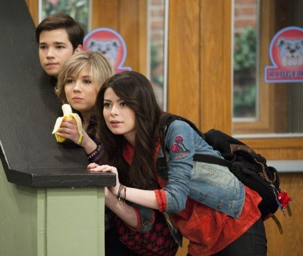 Who is freddie from icarly dating in real life