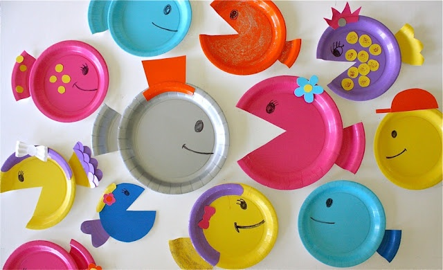 Paper party plates get turned into a colorful school of fish. Via danamadeit.com