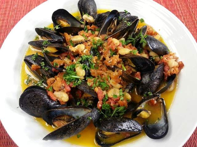 Spaghetti With Mussels And White Beans Recipe — Dishmaps