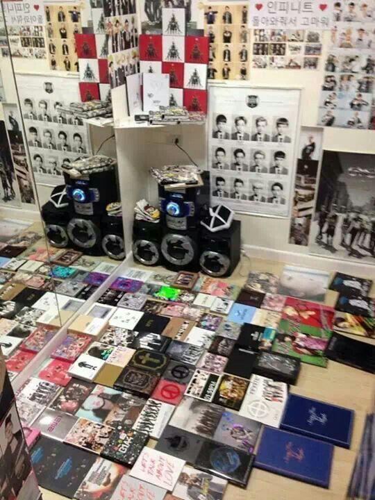 Fangirl room, she must love EXO!! | Room isnspiration | Pinterest