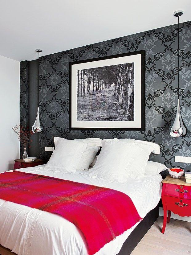 Décor do dia: toques de cor no quarto Papel de parede dá personalidade ao cômodo