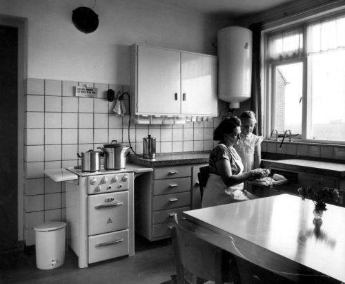 Keuken Met Eethoek : Keuken met eethoek in de boerderij, moeder maakt groenten schoon op