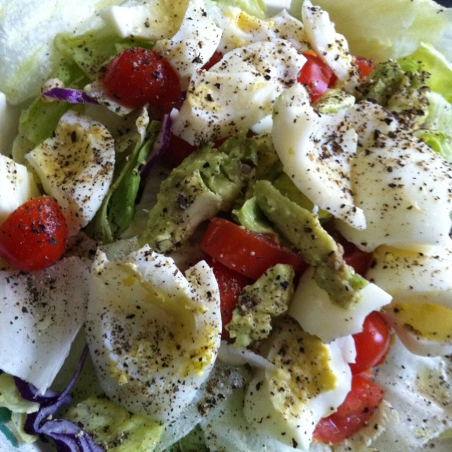 ... tomatoes, 2 hard-boiled egg whites, 1/4 avocado, lemon juice, pepper