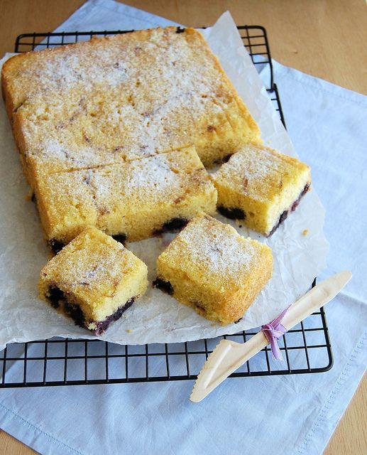 Lemon and blueberry cornmeal cake / Bolo de fubá, limão siciliano e ...