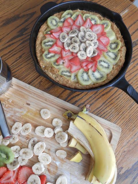 flora foodie: Lemony Deep Dish Fruit Pizza