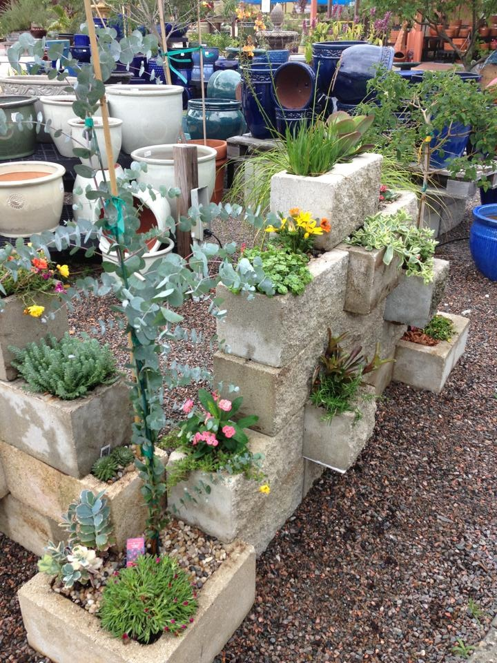 Cinder block wall garden the image kid for Concrete block landscaping ideas