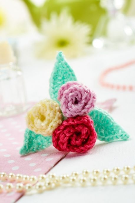 Floral Brooch ...free pattern Crochet Flowers Pinterest