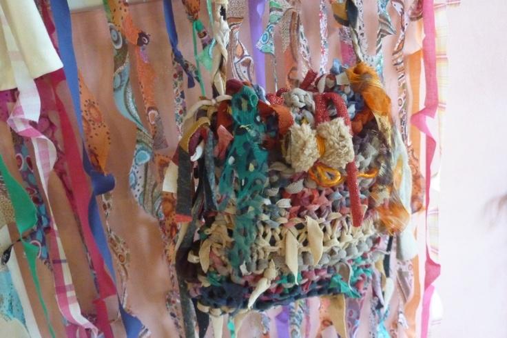 cartera tejida, cortina de gasa: materiales reciclados.