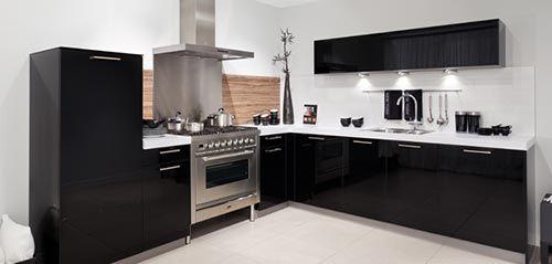 Werkblad Keuken Betonlook : Zwart witte L-vormige keuken, wit werkblad en betonlook vloer.