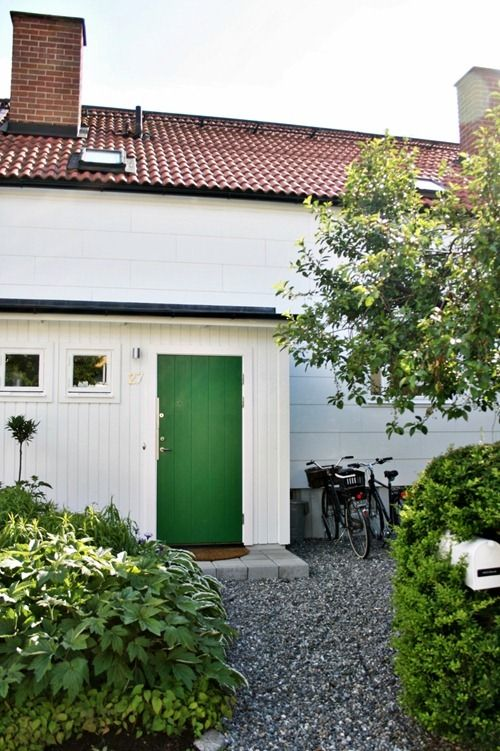 white house, green door