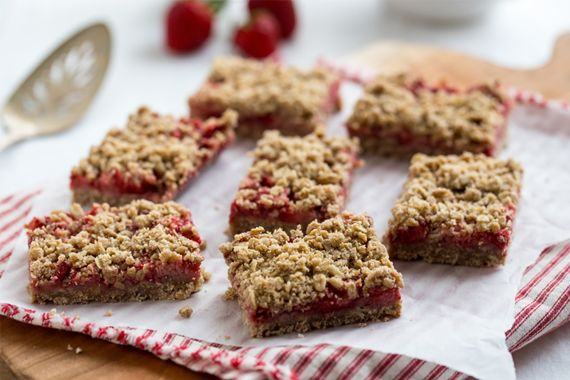 These Strawberry Oatmeal Bars could pass for breakfast too, right ...