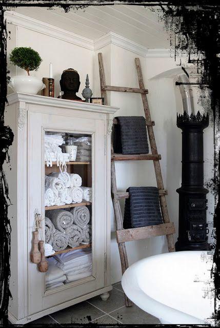 Echelle En Bois Blanche : Rustic Bathroom Towel Cabinet