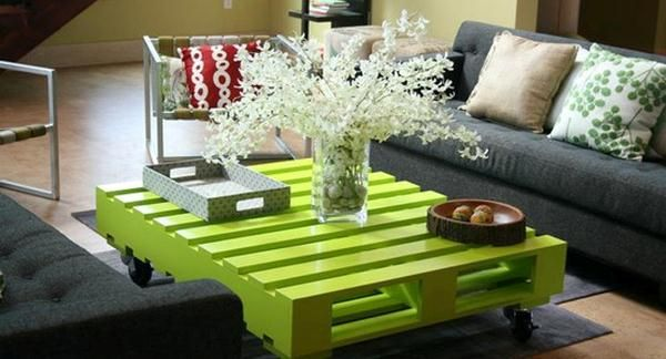 wood pallets coffee table - awesome idea for the reno to make the displays look great but also so they can be pushed around easily