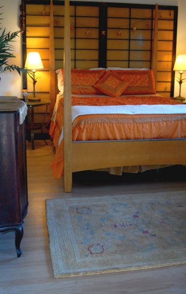Four poster bed burnt orange vintage japanese screens for Bed and breakfast tokyo