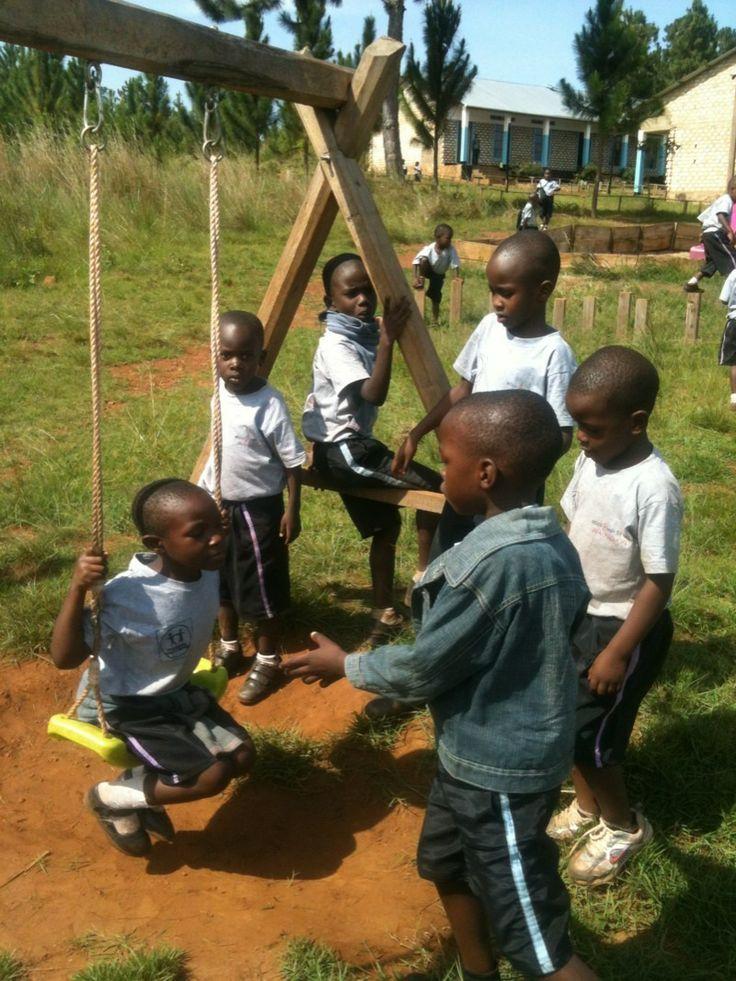 Børnene leger på legepladsen undervisning www.afrikaintouch.dk #