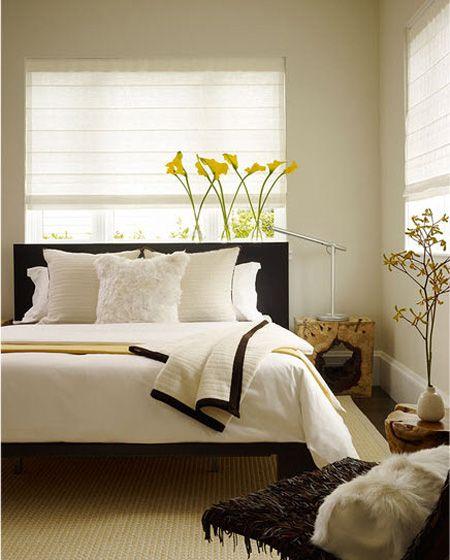 gostei dos detalhes em preto no quarto quase todo branco; gostei das plantas, das cortinas e das mesinhas de madeira.