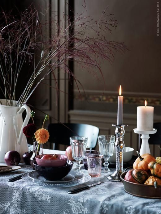 Duka i höstens färgskala: FRODIG tallrik i klarglas, ARV grå assiett, FÄRGRIK skål i mörklila, FORSLA skål i lila, POKAL vinglas, KROKETT ljurosa glas, MILDRA glas i lila, MOGEN bestick.