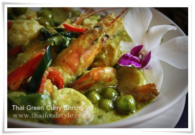 Thai-Green curry with shrimp. I love the way this dish is decorated ...